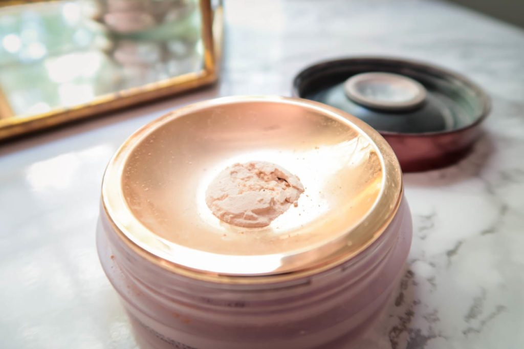 My New Favorite Setting Powder: HOURGLASS VEIL™ TRANSLUCENT SETTING POWDER : Is it worth the price tag?!? This translucent setting powder can be used on all skin tones and features diamond powder which makes the skin look radiant and healthy, without any flashback issues!